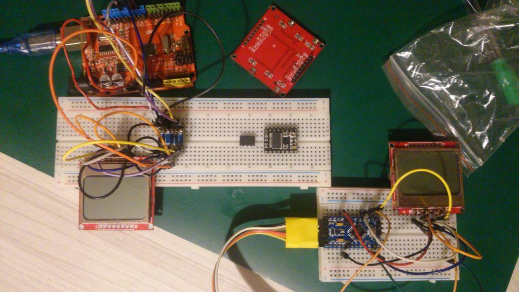 Arduino UNO z Nokią 5110 oraz konwerterem napięć, po prawej Arduino Pro Mini 3.3V z Nokią (konwerter zbyteczny).